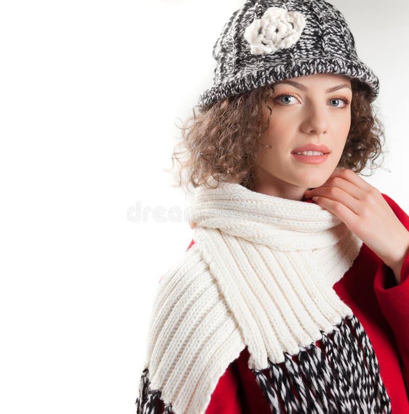 De mooie vrouw kleedde zich in de winterkleren het glimlachen stock afbeeldingen