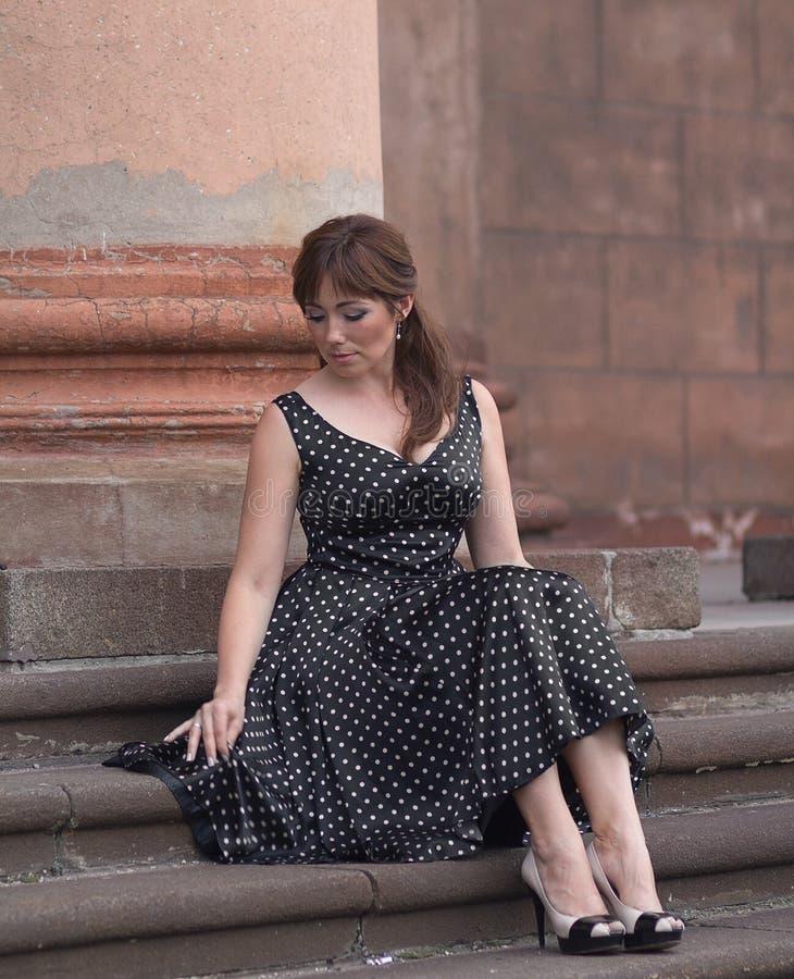 De mooie vrouw kleedde zich in retro stijl stock fotografie