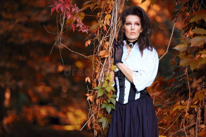 De mooie vrouw kleedde zich in retro stijl stock afbeeldingen