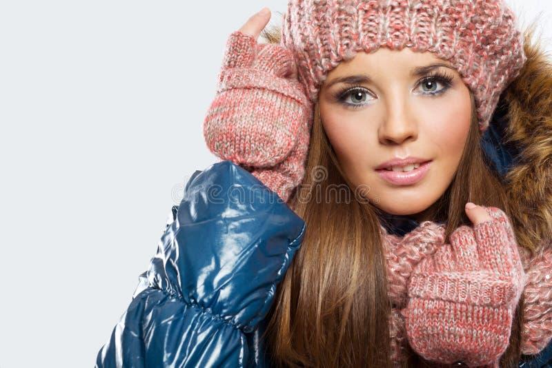 De mooie vrouw kleedde zich voor de winter stock foto's