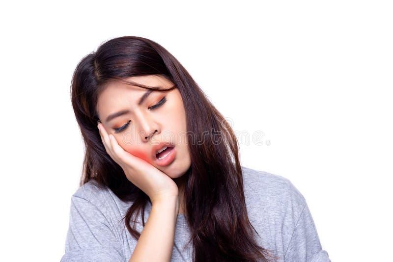 De mooie vrouw krijgt tandpijn of de jonge dame krijgt de bof die haar pijnlijk maakt worden, lijdt De vrij Aziatische hand van h stock foto's