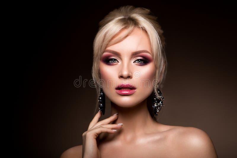 De mooie vrouw met beroeps maakt omhoog stock fotografie