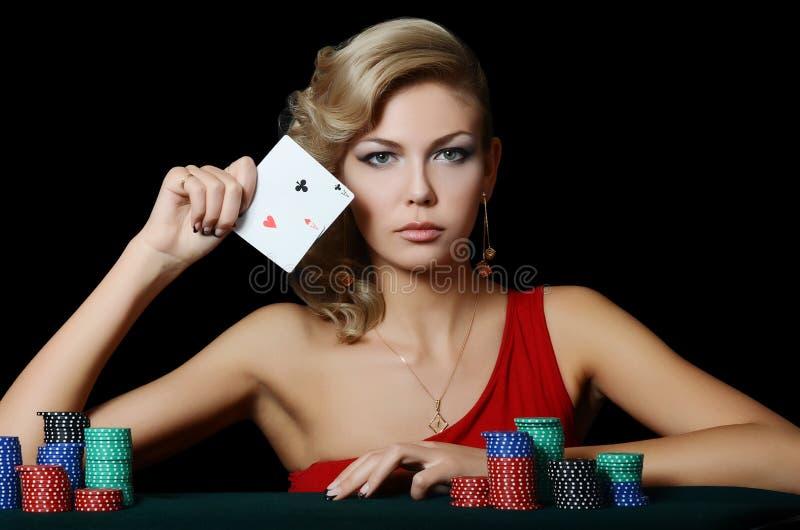 De mooie vrouw met casinospaanders stock afbeeldingen