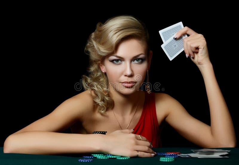 De mooie vrouw met casinospaanders stock fotografie