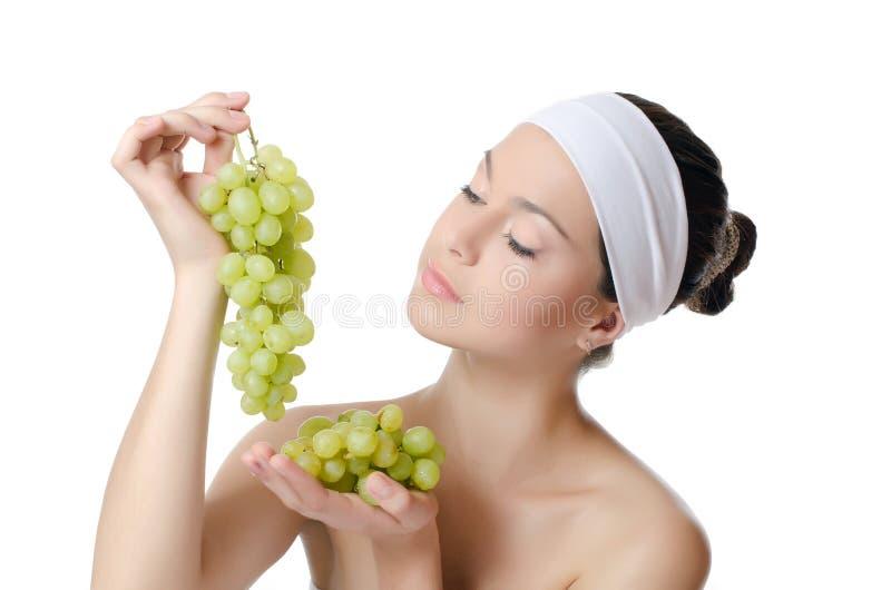 De mooie vrouw met druiven royalty-vrije stock afbeeldingen