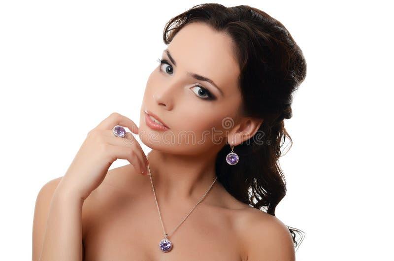 De mooie vrouw met dure juwelen stock fotografie