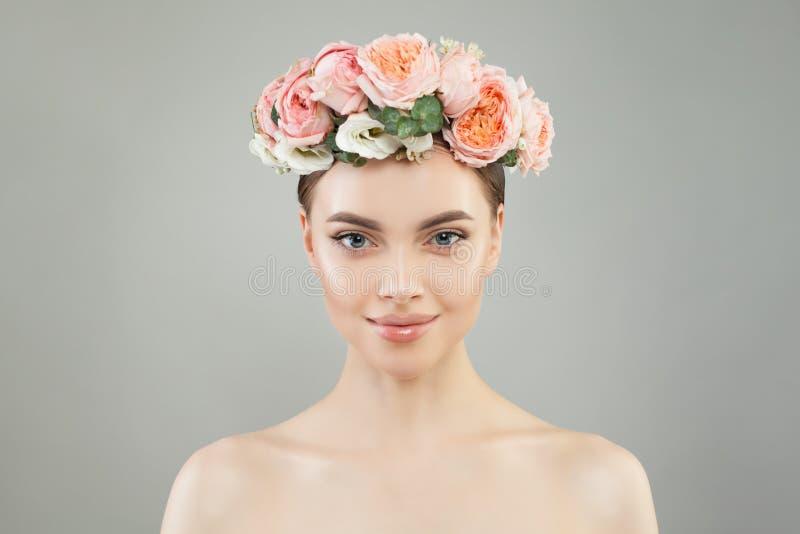 De mooie vrouw met gezonde huid en nam het portret van de bloemenkroon toe Vrij spontaan meisje met bloemen Gezichtsbehandeling stock afbeelding