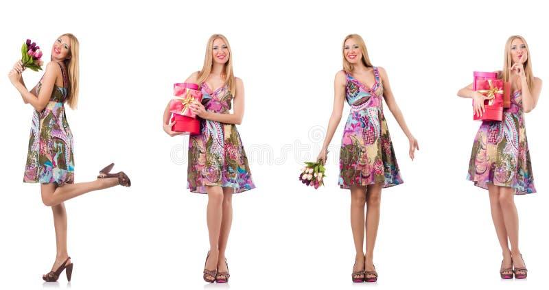 De mooie vrouw met giftboxes en bloemen stock afbeeldingen