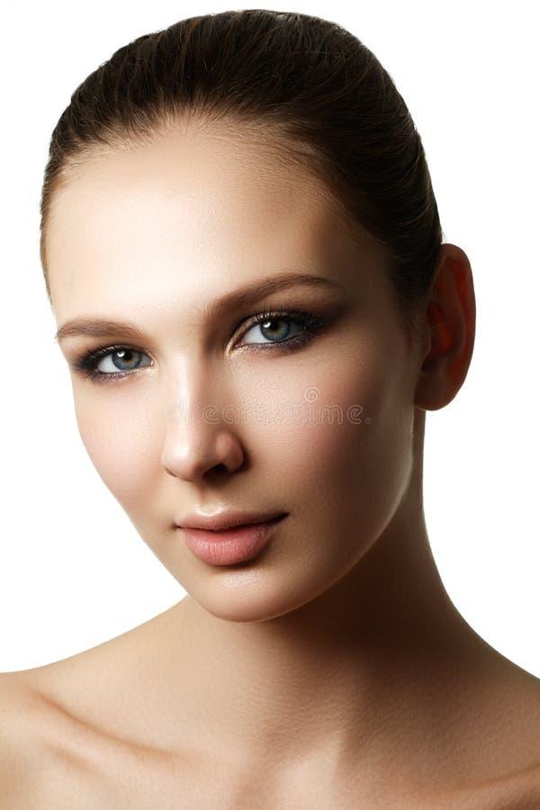 De mooie vrouw met helder maakt omhoog oog met sexy voeringsmake-up royalty-vrije stock foto's