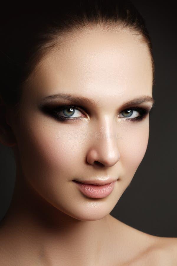 De mooie vrouw met helder maakt omhoog oog met sexy voeringsmake-up royalty-vrije stock fotografie