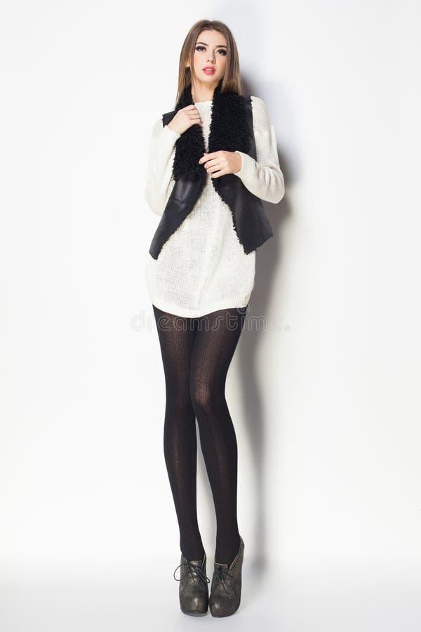 De mooie vrouw met lange sexy benen kleedde het elegante stellen in Th royalty-vrije stock foto