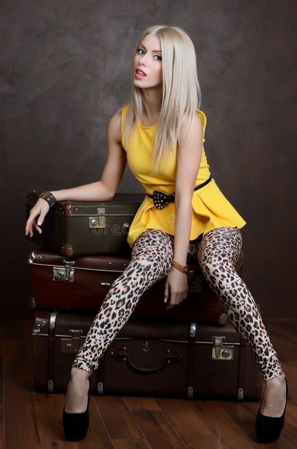 De mooie vrouw met oude koffers royalty-vrije stock fotografie