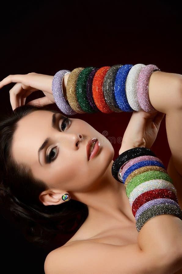 De mooie vrouw in multi-coloured armband stock foto's
