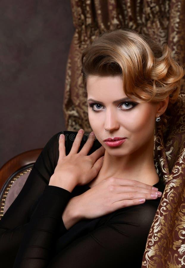 De mooie vrouw in retro stijl royalty-vrije stock foto's
