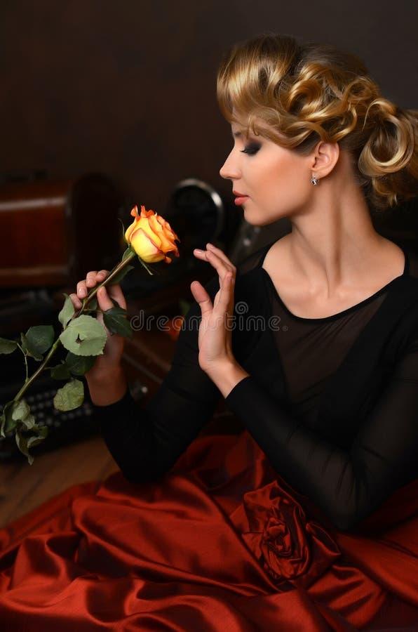 De mooie vrouw in retro stijl royalty-vrije stock foto
