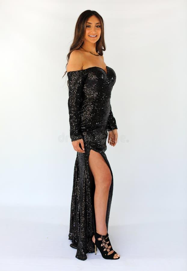 De mooie vrouw in rug prom kleedt zich, sexy tiener klaar voor een luxenacht Uniek schitterend gezicht, aardige glimlach, prachti royalty-vrije stock fotografie