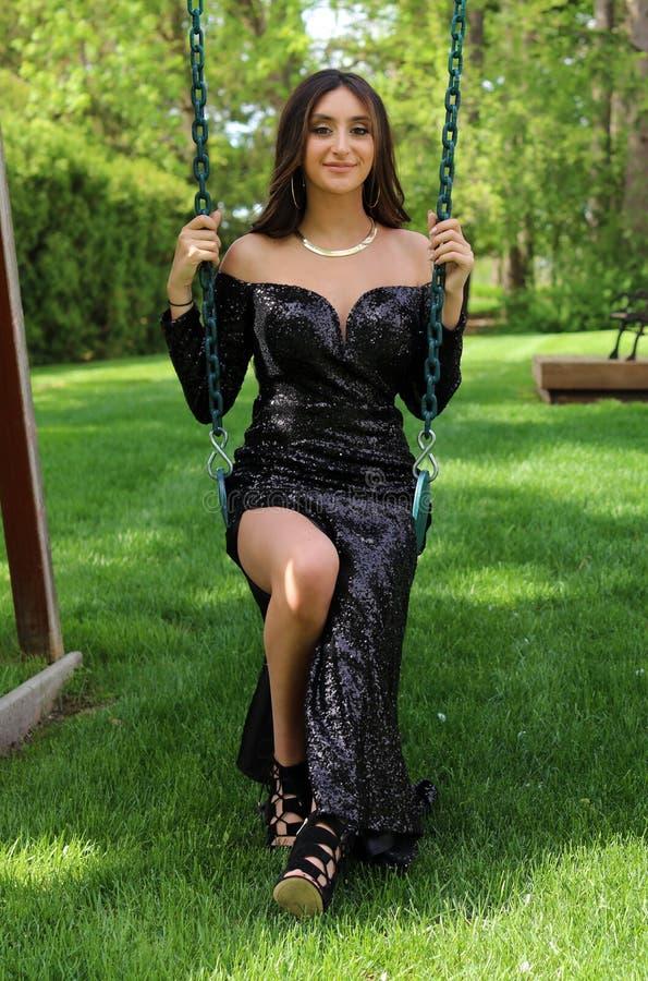 De mooie vrouw in rug prom kleedt zich, sexy tiener klaar voor een luxenacht Uniek schitterend gezicht, aardige glimlach, prachti stock afbeelding