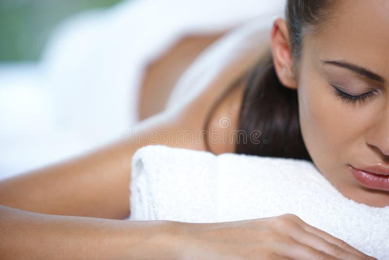 De mooie vrouw rust stock foto's