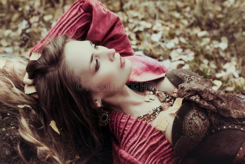 De mooie vrouw rust op de aard royalty-vrije stock afbeelding
