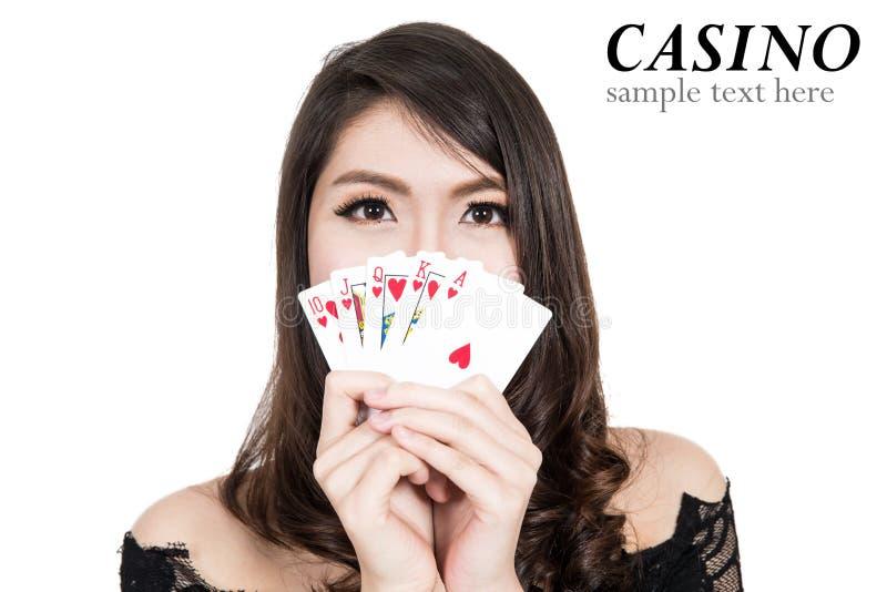 De mooie vrouw toont een Casinoelementen stock afbeelding