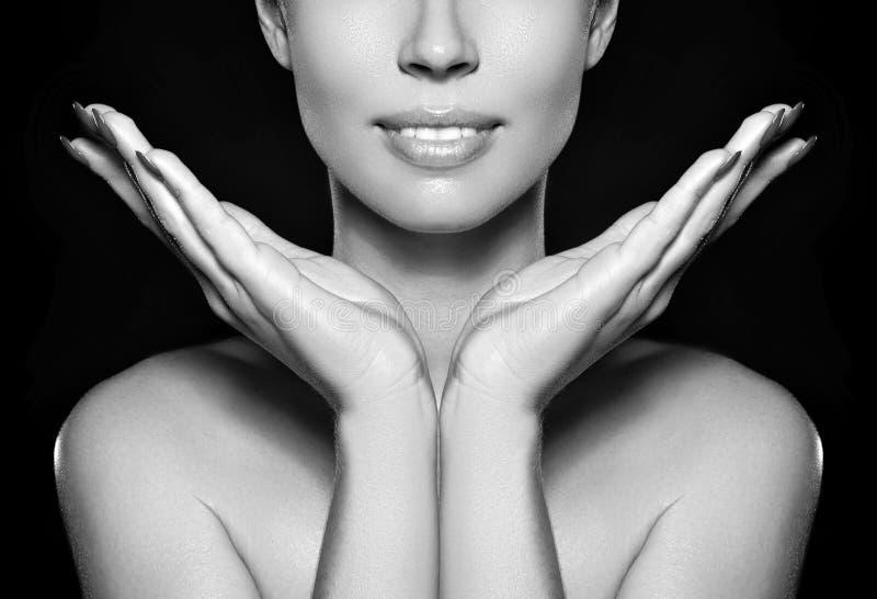 De mooie vrouw toont haar erfectgezicht met maniersamenstelling Extreme wimpers, mollige lippen, schone huid Fresh spa kijk stock fotografie