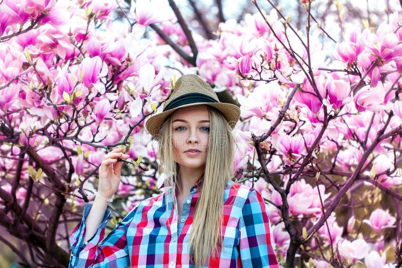 De mooie vrouw van het cutieblonde met bloemen loong bij camera royalty-vrije stock foto