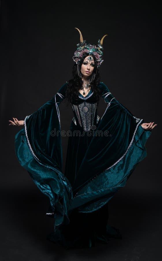 De mooie vrouw van het fantasieelf in middeleeuwse kleding royalty-vrije stock afbeeldingen
