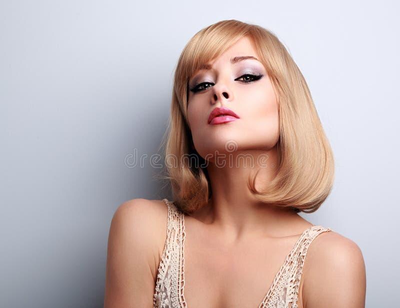 De mooie vrouw van het make-upblonde met korte haarstijl royalty-vrije stock foto's