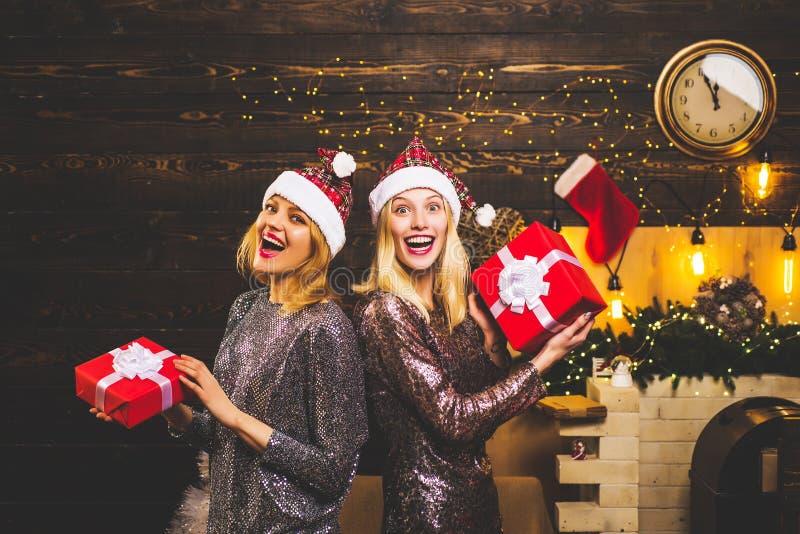 De mooie vrouw van de Kerstman Sexy het meisjesvrienden van de Kerstman in elegante kleding Isoleer op wit Kerstmanvrouw het stel royalty-vrije stock afbeelding