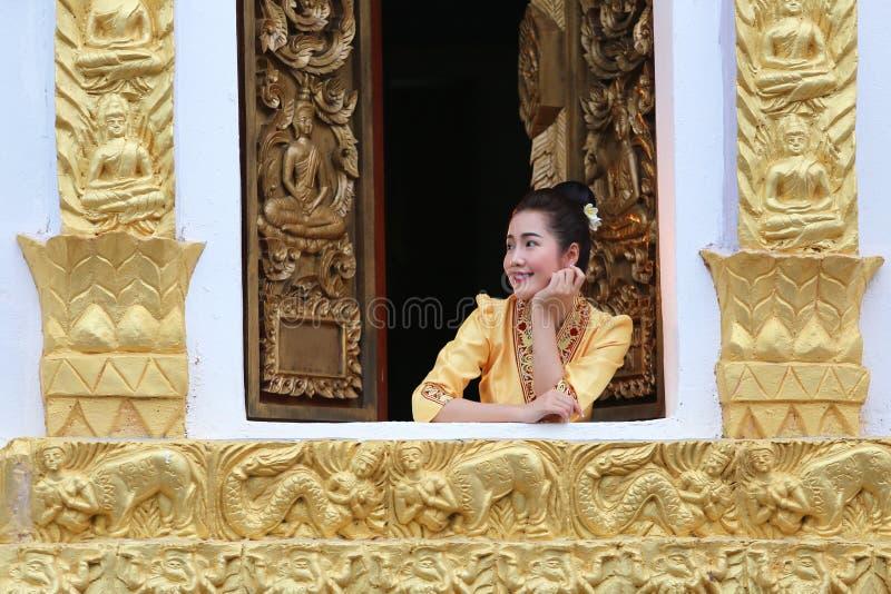 De mooie vrouw van Laos op de Boeddhistische kerk die zij happines glimlachen stock afbeelding