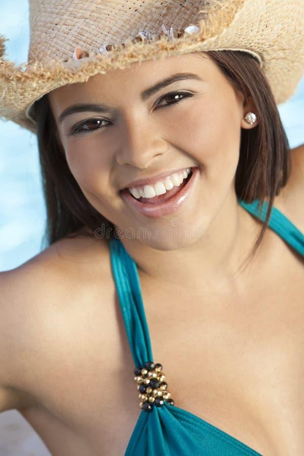 De mooie Vrouw van Latina in de Hoed van de Bikini & van de Cowboy stock fotografie