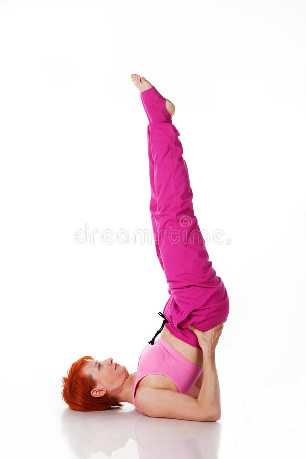 De mooie vrouw voert een yogaoefening uit royalty-vrije stock afbeeldingen
