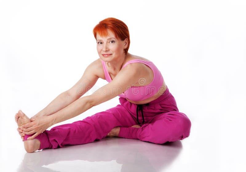 De mooie vrouw voert een yogaoefening uit royalty-vrije stock foto