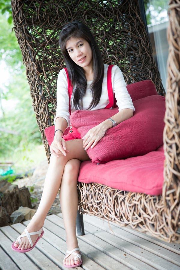 Download De Mooie Vrouw Zit Op Rode Bank Stock Afbeelding - Afbeelding bestaande uit naughty, nave: 54081647