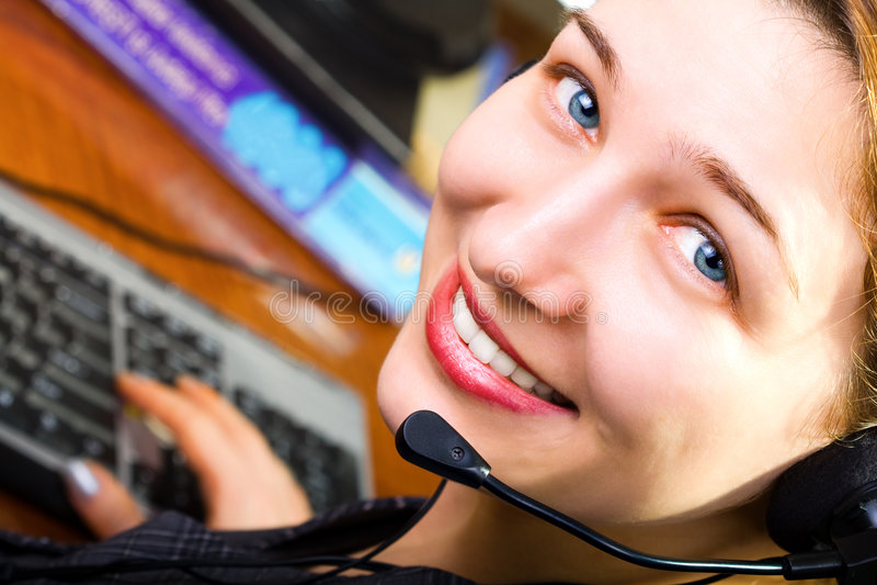 De mooie vrouwelijke arbeider van de klantendienst stock afbeeldingen
