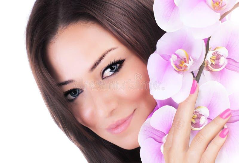 De mooie vrouwelijke bloem van de holdingsorchidee royalty-vrije stock afbeelding