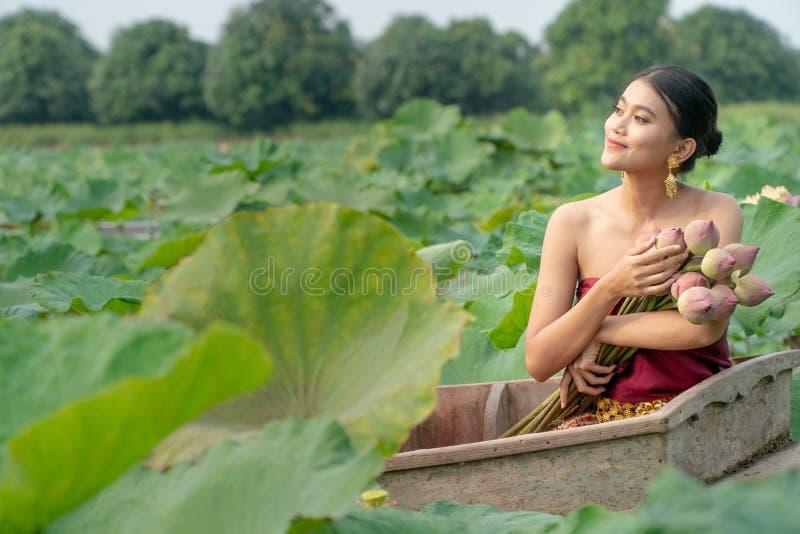 De mooie vrouwen die van Azië traditionele Thaise kleding en het zitten dragen royalty-vrije stock afbeeldingen