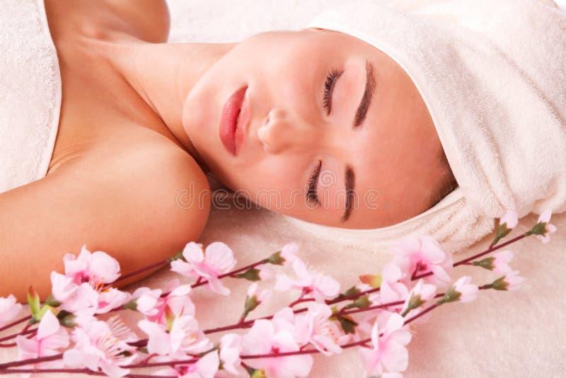 De mooie vrouwen ontspannen in kuuroord stock fotografie