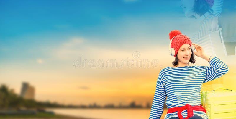 De mooie vrouwen reizen bij het strand op de Zomer stock afbeeldingen