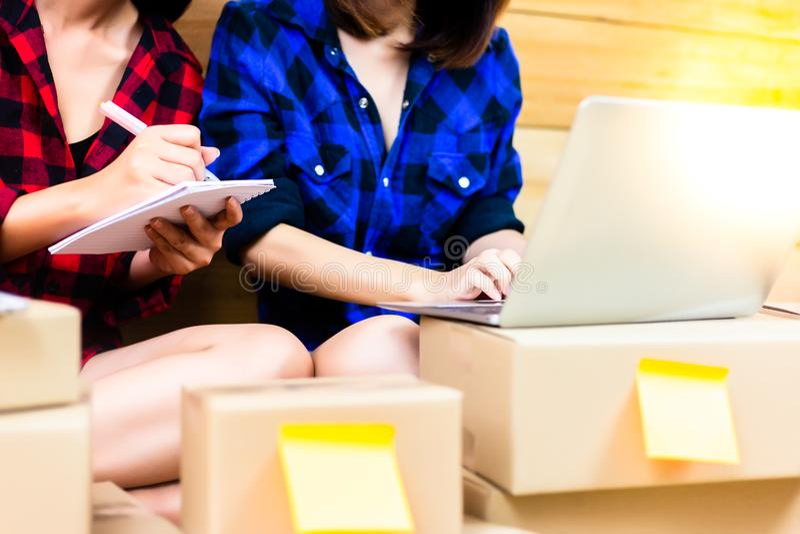 De mooie vrouwen verkopen goederen op Internet They're dichte vriend a royalty-vrije stock foto's