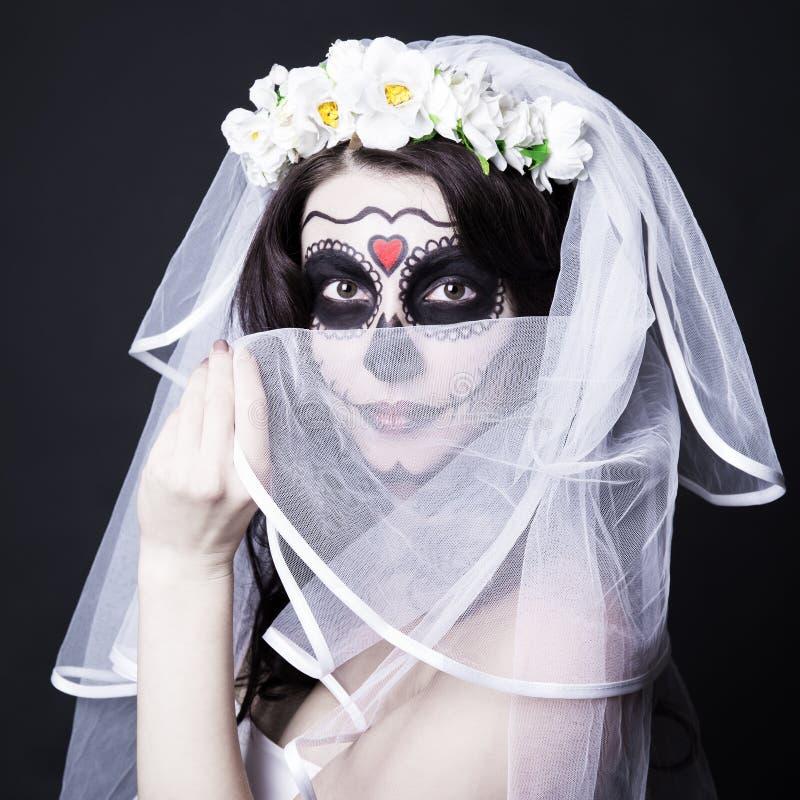 De mooie vrouwenbruid met creatieve suikerschedel maakt omhoog en brid royalty-vrije stock afbeelding