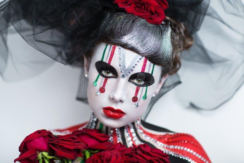 De mooie vrouwenkunst maakt omhoog stock foto
