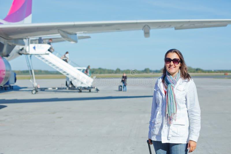 De mooie vrouwentoerist trof te vliegen voorbereidingen royalty-vrije stock afbeeldingen