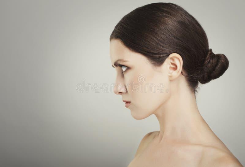 De mooie vrouwenzorgen voor huidhals het stellen bij studio isoleren royalty-vrije stock foto's