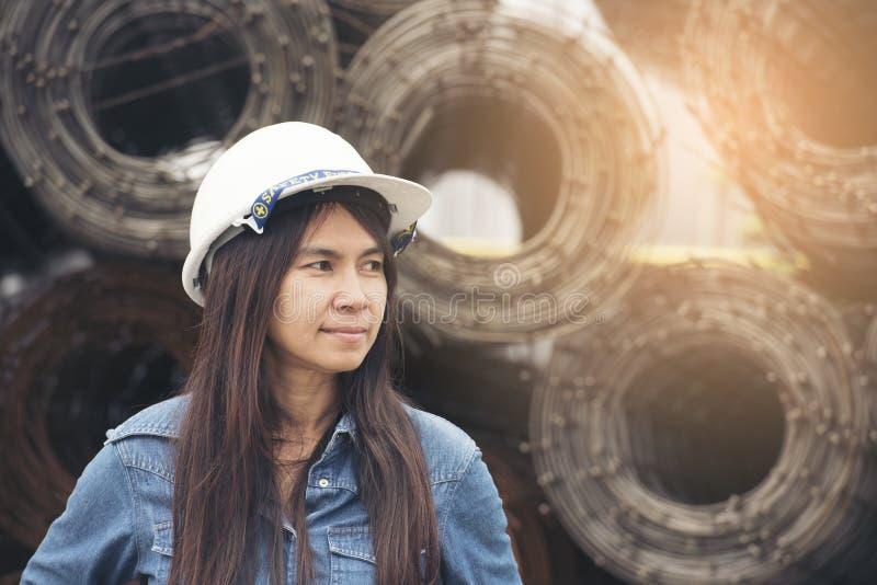 De mooie Witte helm van de Ingenieursslijtage voor het veiligheidswerk Bouw en techniekconcept royalty-vrije stock afbeelding