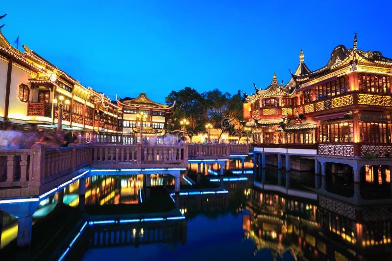De mooie yuyuan tuin van Shanghai bij nacht stock afbeelding