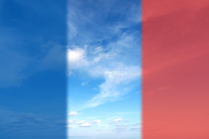 De mooie Zomer betrekt in de blauwe hemel met vlag van Frankrijk voor Pray voor het concept van Parijs stock foto's