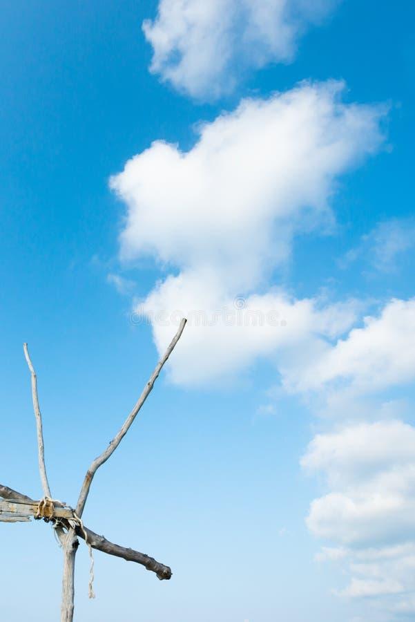 De mooie de zomertijd, betrekt zacht en lichtblauwe hemel bij zonneschijndag Oude houten die boog op blauwe voorgrond wordt geïso stock afbeeldingen