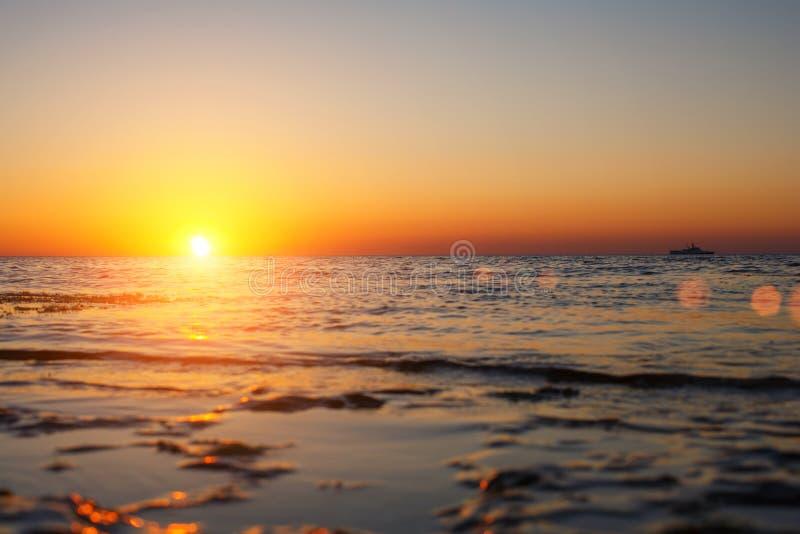 De mooie zonsondergang over het overzees de zon gaat over de horizon royalty-vrije stock foto