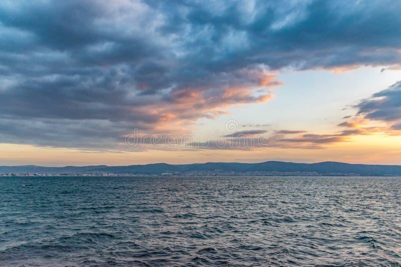 De mooie zonsopgang bij het de Kustweergeven van de Zwarte Zee aan de Zonnige strandtoevlucht van de oude stad van Nessebar, koch stock fotografie